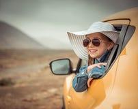 旅行乘汽车的小女孩 免版税库存照片