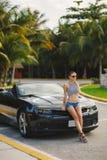 旅行乘汽车的少妇市美国 免版税库存图片