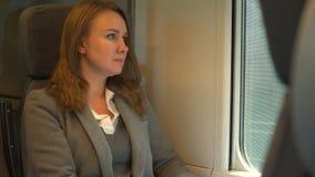 旅行乘火车和看通过窗口的妇女 影视素材
