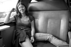 旅行乘火车的女孩 免版税图库摄影