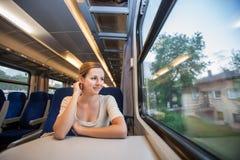 旅行乘火车的妇女 免版税库存照片