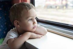 旅行乘火车的孩子 免版税库存图片