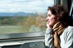 旅行乘火车的少妇 库存照片