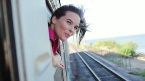 旅行乘火车的微笑的妇女 影视素材