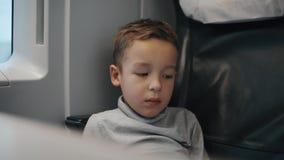 旅行乘火车的疲倦的和乏味孩子 股票录像