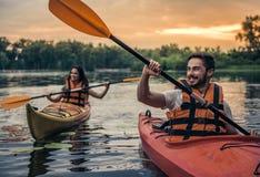 旅行乘皮船的夫妇 免版税库存照片