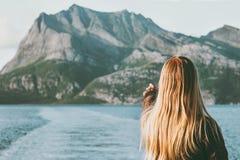 旅行乘轮渡的白肤金发的妇女享受挪威山和海风景旅行生活方式概念冒险假期 免版税库存图片