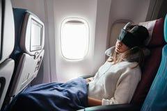 旅行乘飞机的十几岁的女孩 免版税库存图片