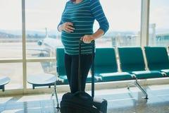 旅行乘飞机的孕妇 免版税库存照片