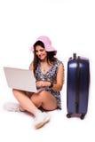 旅行假期概念青少年与在白色的膝上型计算机 免版税图库摄影