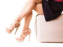 旅行假期 女性腿和手提箱袋子 免版税库存照片