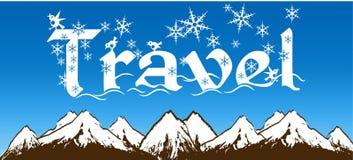 旅行写与雪花在蓝天和多雪的山背景 免版税库存照片