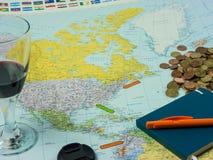 旅行准备:与另外项目和地点marke的地图 库存照片