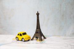 旅行到巴黎,艾菲尔铁塔塑造了纪念品,并且汽车塑造了玩具 免版税图库摄影