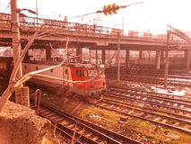 旅行到布加勒斯特的电力机车火车 库存图片