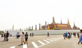 旅行到泰国建筑学盛大宫殿和Wat phra keaw的许多人民特写镜头在曼谷,泰国 库存照片