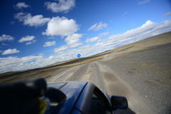 旅行到高速的通信工具在沙漠 库存图片