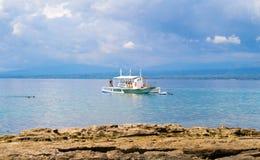 旅行到Apo海岛,菲律宾的度假旅馆的白色筏小船 免版税库存照片