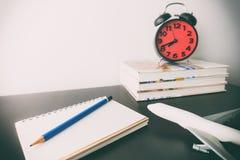 旅行博客作者在书桌上的笔记本日志 免版税库存照片