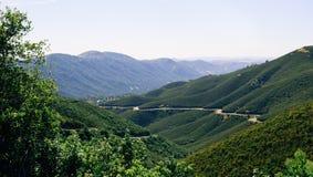 旅行向优胜美地国家公园 在小山和森林中的绕风景路 免版税库存照片