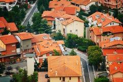 旅行向意大利 在房子红色屋顶上都市和历史看法的美好的风景  免版税库存图片