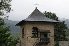 旅行向罗马尼亚:Voronet修道院词条塔在一个雨天 免版税库存照片