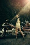 旅行和假期概念 妇女和摩托车 图库摄影