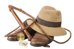 旅行和冒险概念 有被隔绝的浅顶软呢帽帽子、bullwhip和指南针的葡萄酒棕色鞋子 免版税库存照片