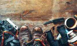 旅行和旅游业设备在木背景,顶视图 冒险发现生活方式假日活动概念 库存照片