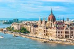 旅行和欧洲旅游业概念 在与bl的夏日期间议会和河沿在有观光的船的布达佩斯匈牙利 免版税图库摄影