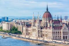 旅行和欧洲旅游业概念 在与bl的夏日期间议会和河沿在有观光的船的布达佩斯匈牙利 免版税库存图片