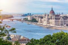 旅行和欧洲旅游业概念 在与bl的夏日期间议会和河沿在有观光的船的布达佩斯匈牙利 库存照片