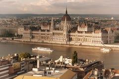 旅行和欧洲旅游业概念 在夏日期间,议会和河沿在有观光的船的布达佩斯匈牙利 定调子 库存照片