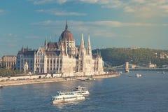 旅行和欧洲旅游业概念 在夏日期间,议会和河沿在有观光的船的布达佩斯匈牙利 定调子 免版税库存照片