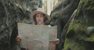 旅行和看地标,有地图的女孩的年轻愉快的妇女在岩石集中 股票录像