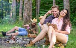 旅行和远足的发现伴侣 朋友松弛近的营火在会集的天以后远足或采蘑菇 夏天 库存照片