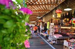 旅行和购物在芭达亚浮动市场上 免版税库存图片