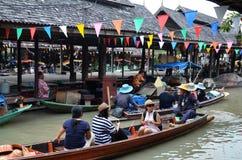 旅行和购物在芭达亚浮动市场上 库存图片
