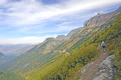 旅行在一串遥远的高山足迹的远足者 库存图片