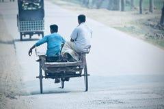 旅行在一辆传统搬运车上的人 免版税库存照片