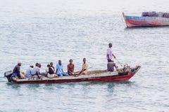 旅行在一辆典型的水出租汽车的人们 免版税库存图片
