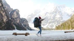 旅行在与一个大背包的lago di braies海岸的年轻激动的妇女 影视素材