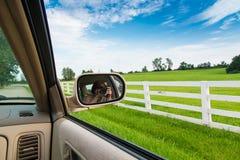 旅行在乡下公路和拍照片 库存图片