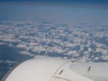 旅行在云彩的一架飞机 免版税库存图片