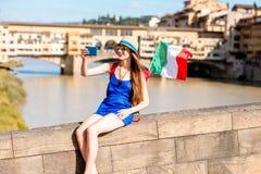 旅行在佛罗伦萨市的妇女 库存图片