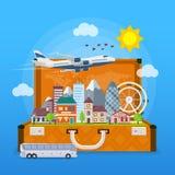旅行在假期的时候乘飞机和公共汽车 打开手提箱wi 免版税图库摄影
