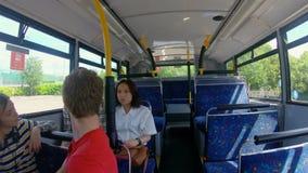 旅行在公共汽车4k的通勤者 股票视频