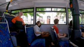 旅行在公共汽车4k的通勤者 股票录像
