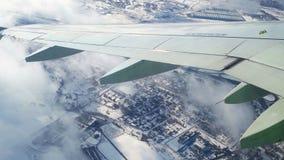 旅行在冬天表面上的航空 看法通过飞机窗口 飞行在少许莫斯科通过云彩和 股票视频
