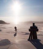旅行在冰的溜冰者反对强和低s 库存照片